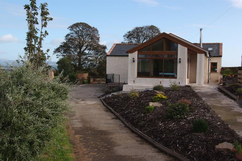 Converted farm dairy cottage with wifi, parking and outdoor patio