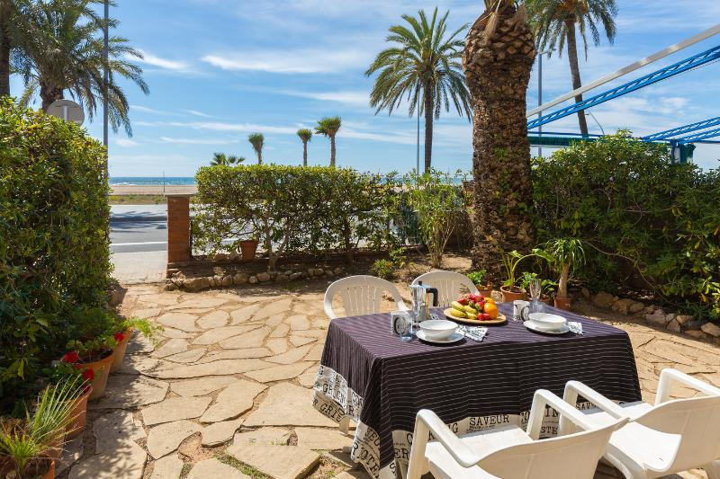 BeachFront aptartment with garden by Barcelona, vacation rental in Cervello