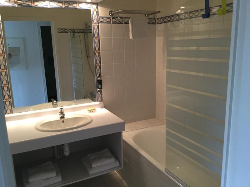 salle de bain-baignoire/douche, toilettes à part