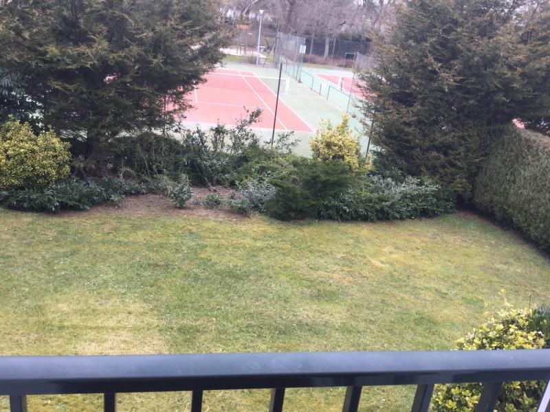 vue du séjour sur les terrains de tennis