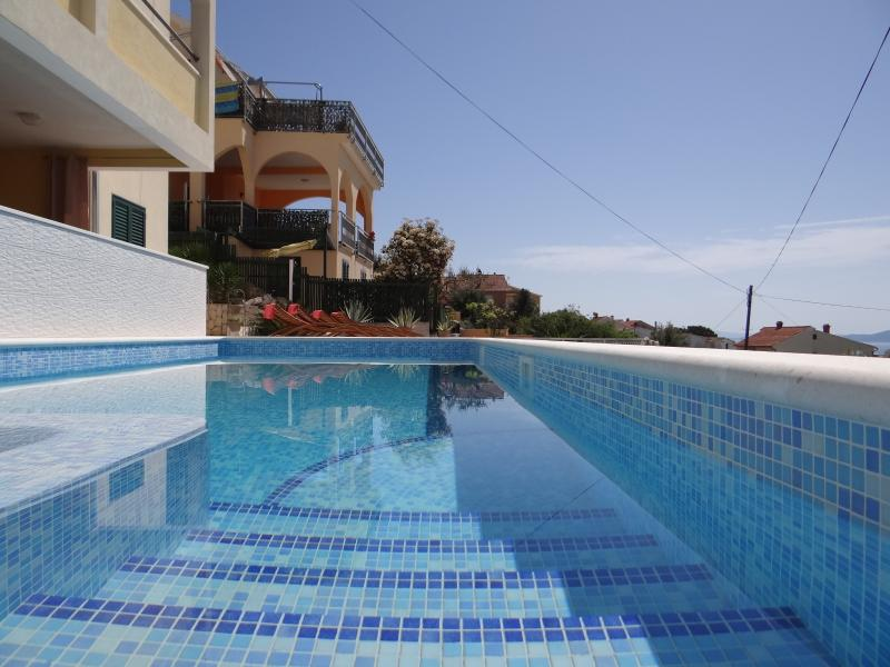 Stunning sea view apartment with heated pool and jacuzzi a6, vacation rental in Ciovo Island
