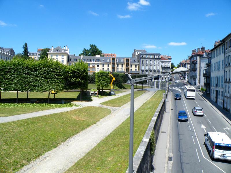 La rue d'accès à droite, le parc du château à gauche.