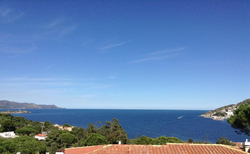 Quiet semi-detached house with stunning sea views, location de vacances à El Port de la Selva