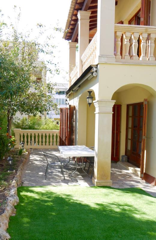 El balcón de arriba y el comedor al aire libre a continuación.