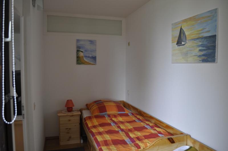 Schlafzimmer mit neuen Einzelbetten