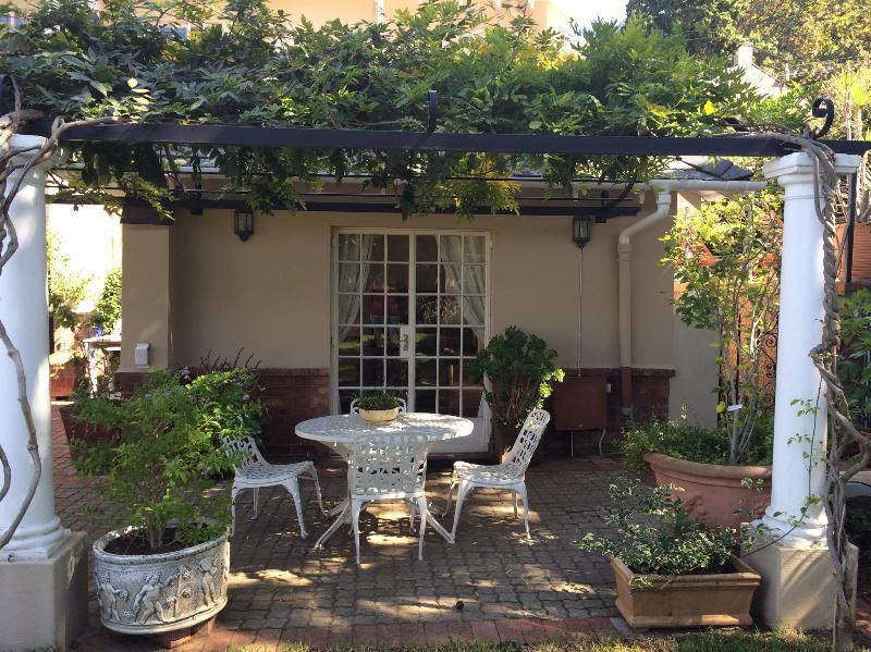 Cozy garden cottage close to UCT, vacation rental in Pinelands