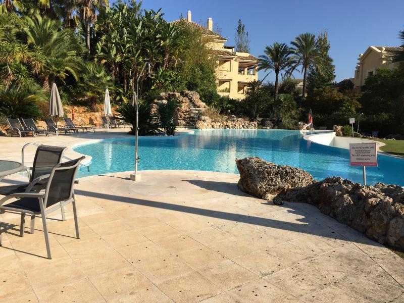 uno de los tres piscinas al aire libre