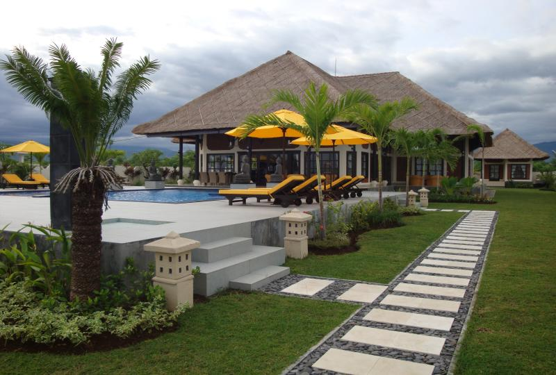 Villa Pelangi directly on the beach of Bali including staff, holiday rental in Temukus