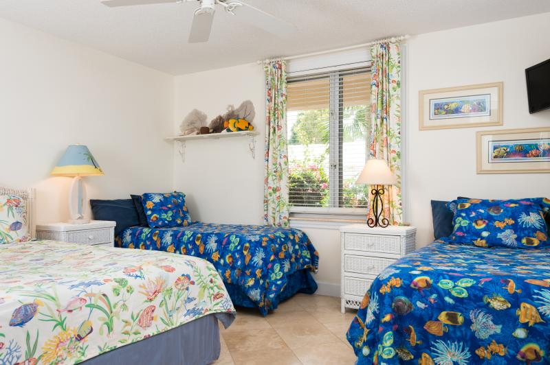 Guest bedroom with Queen bed and two separate Twin beds
