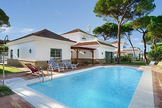 Vista de la piscina y el porche
