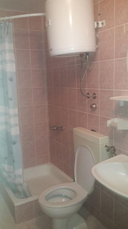A (4): banheiro com vaso sanitário
