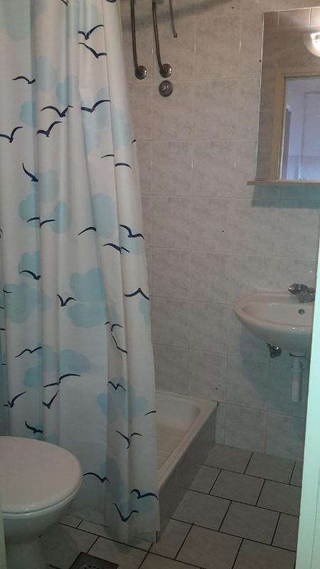 D(2): bathroom with toilet