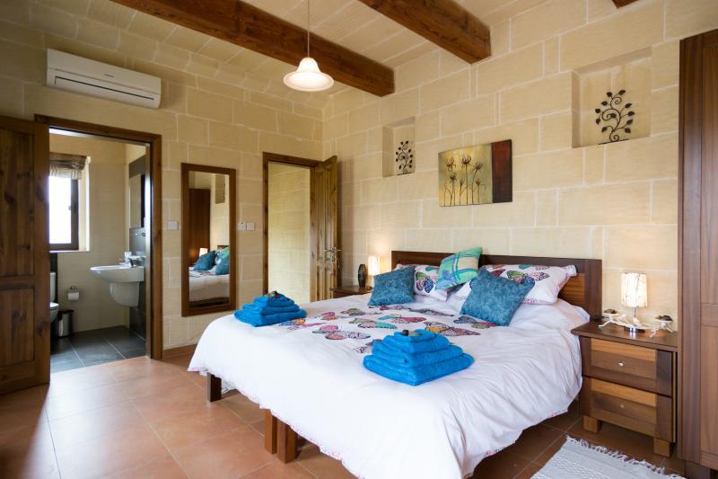 Hondoq con baño privado, Azotea privada, tumbonas, unas vistas impresionantes. TV, aire acondicionado, secador de pelo