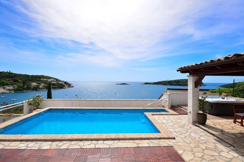 Seafront villa with pool and outside jacuzzi, alquiler de vacaciones en Molunat