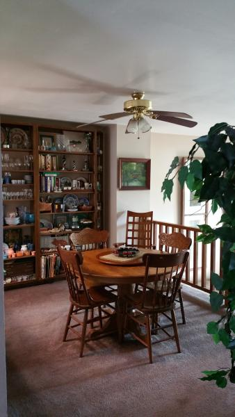 Dining room: seats 6, ceiling fan, bookshelf w/cookbooks, china, decor