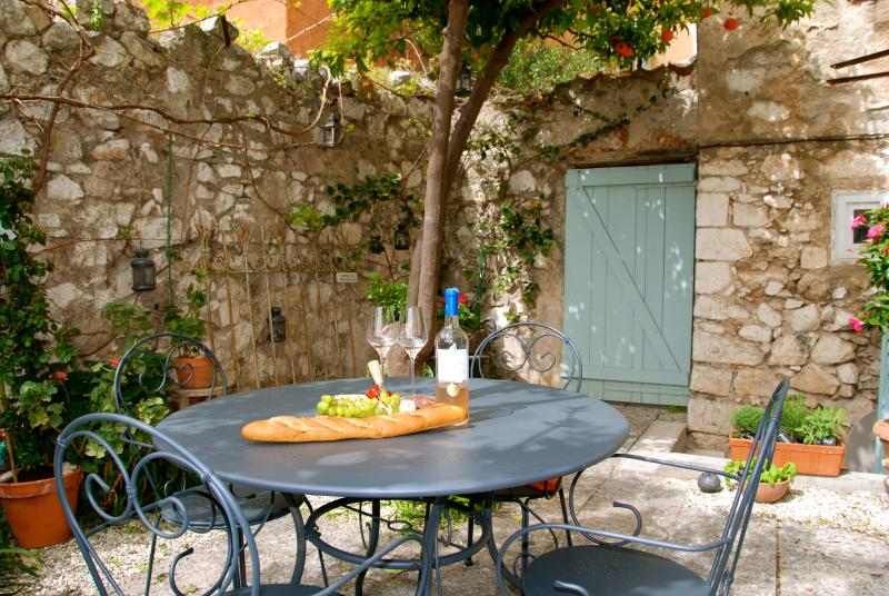 Perfect spot for alfresco dining - breakfast, lunch or diner