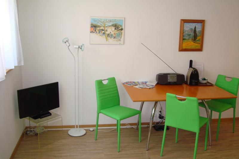Esstisch mit Radio und Nesspresso-Maschine sowe Farbfernseher
