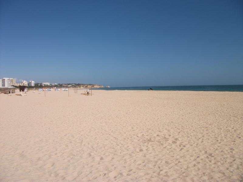 Spacious fully equipped apartment-close to beach, location de vacances à Alvor