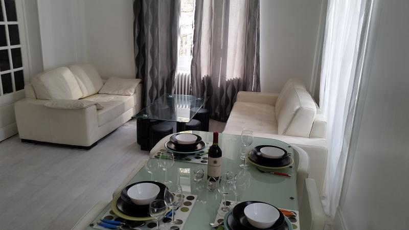 spacious and comfy living room with dining table for 6 people