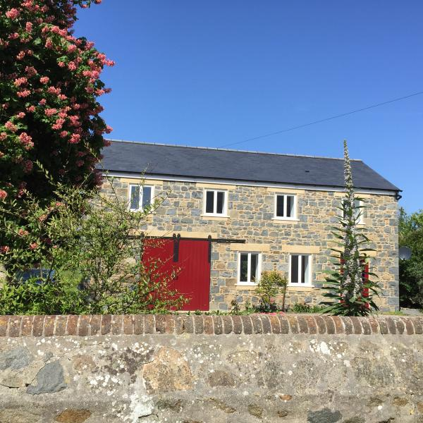 Listed granite barn on quiet lane 10 minutes from  the sea