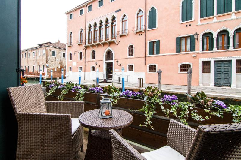 LUXURY FLAT WITH BALCONY OVER THE CANAL, alquiler vacacional en City of Venice