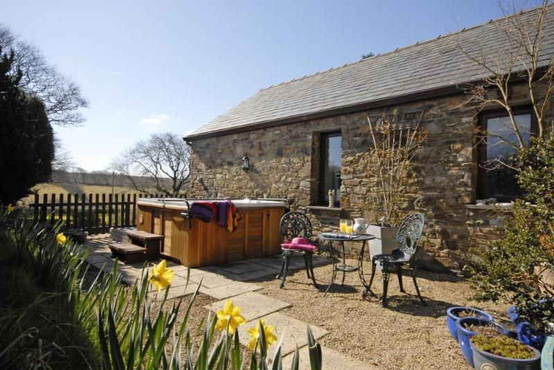 Llangrannog holiday cottage with private patio and hot tub