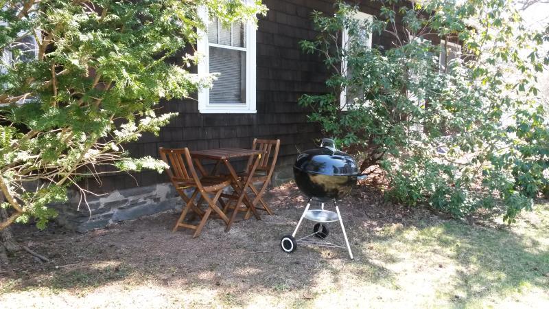 Outdoor mesa, cadeiras e churrasqueira a carvão Weber 22 polegadas