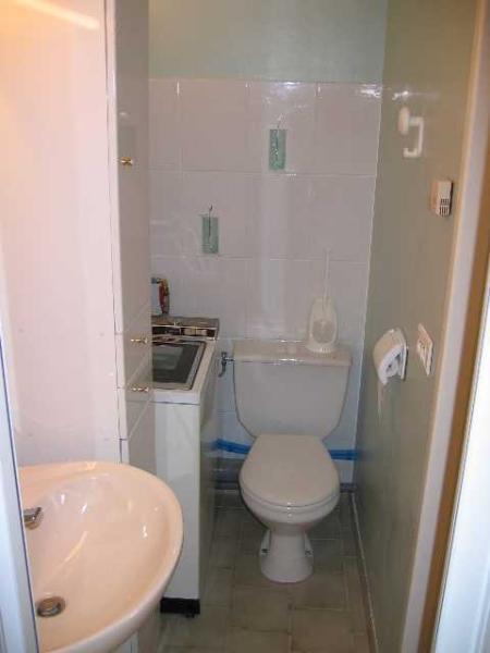Salle de douche avec WC et Machine à Laver.
