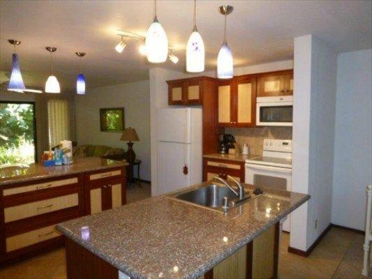 Recently remodeled, clean, well maintained home. About 1000 sqFT condo with 1 bed 1 bath, 2 lanais.