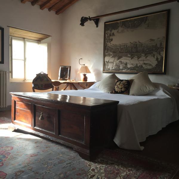 Una habitación doble con cuarto de baño y ducha
