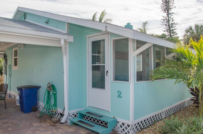 The Surf Cottage. Walk to Beach, Shops & Dining, holiday rental in Madeira Beach