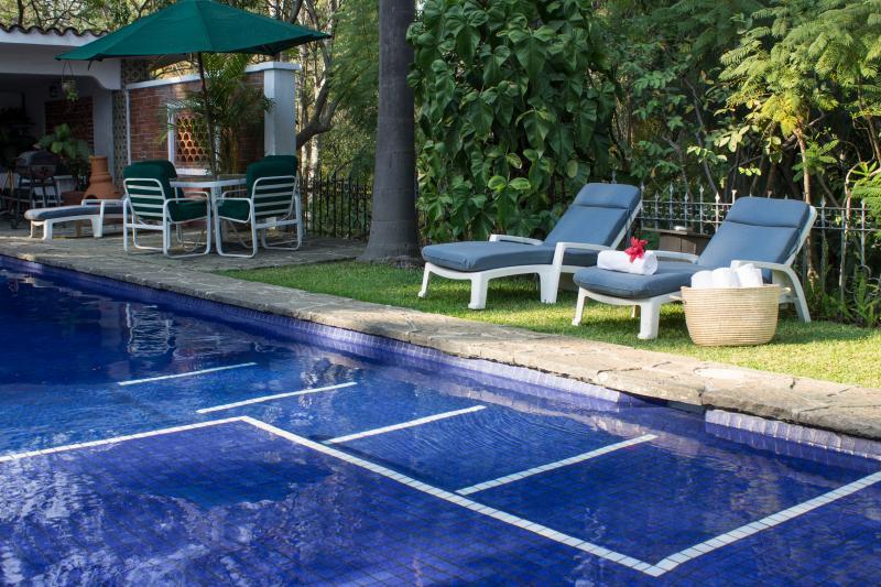 Alberca con toallas/Pool with pool towels @villas_bellavista