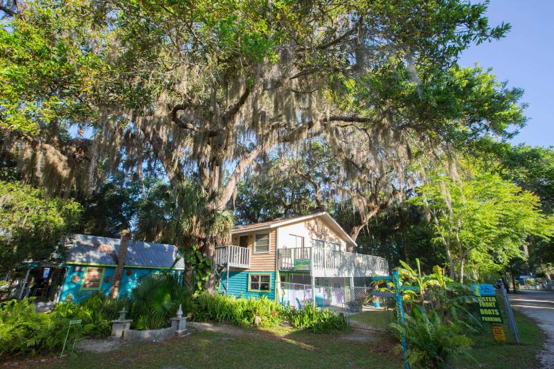 Treehouse Old Homosassa/River Safaris (waterfront), holiday rental in Homosassa