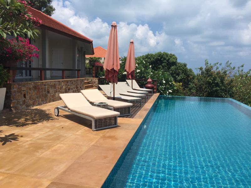 10 sun lounges