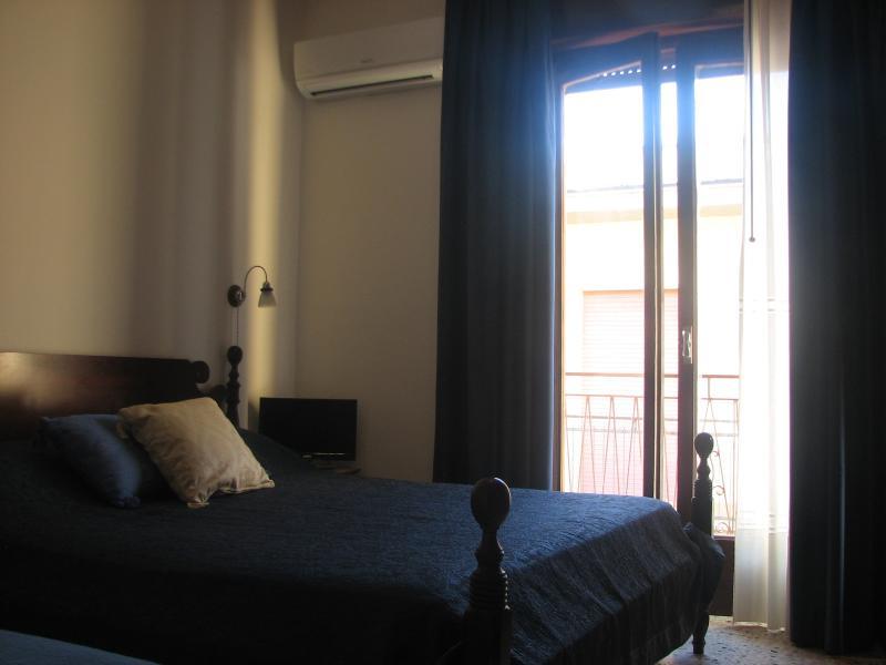 camera da letto con letto matrimoniale e letto singolo  con accesso al terrazzo e aria condizionata