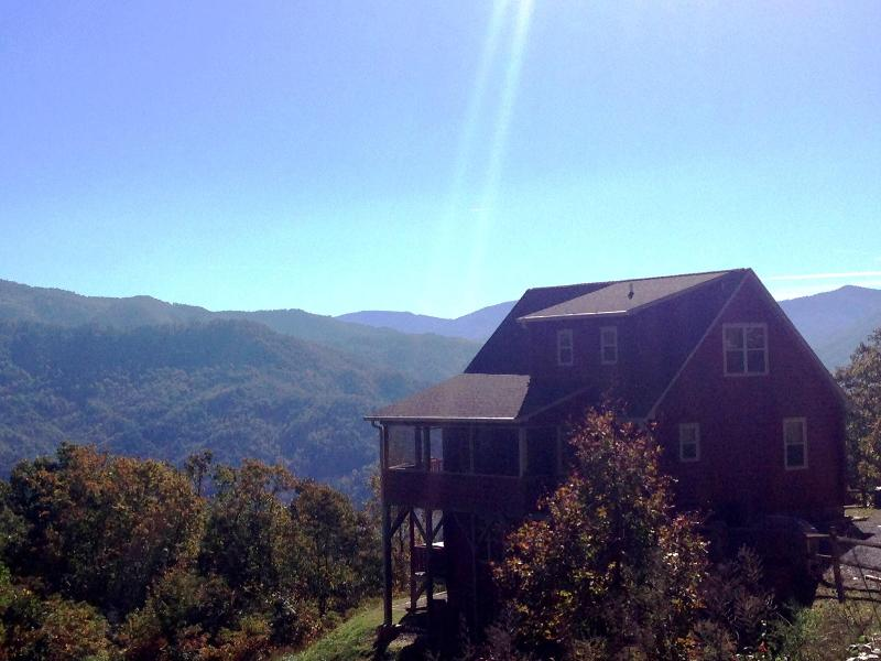 Incredible Views, Luxuriously Romantic Master Suite, Sparkling Hot Tub, WiFi, holiday rental in Bryson City