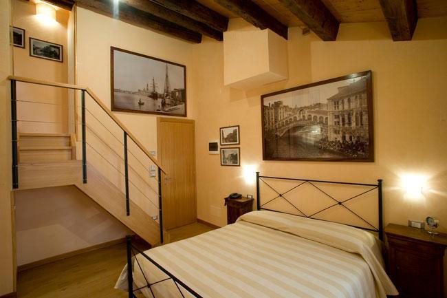 Jacuzzi room (with bath tub).