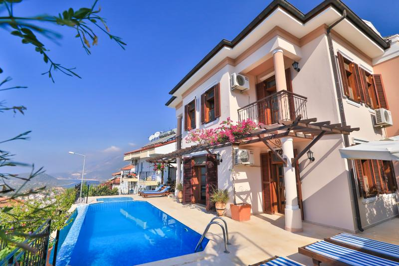 Large town villa with wonderful sea views, location de vacances à KAS