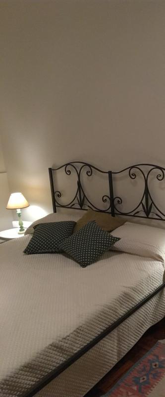 Camera da letto corredata di biancheria