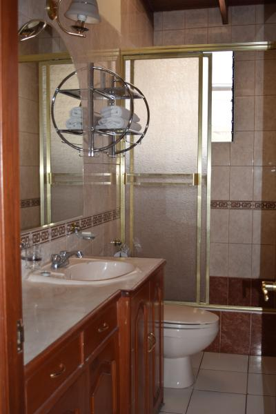 vista general del baño privado que tiene cada habitación