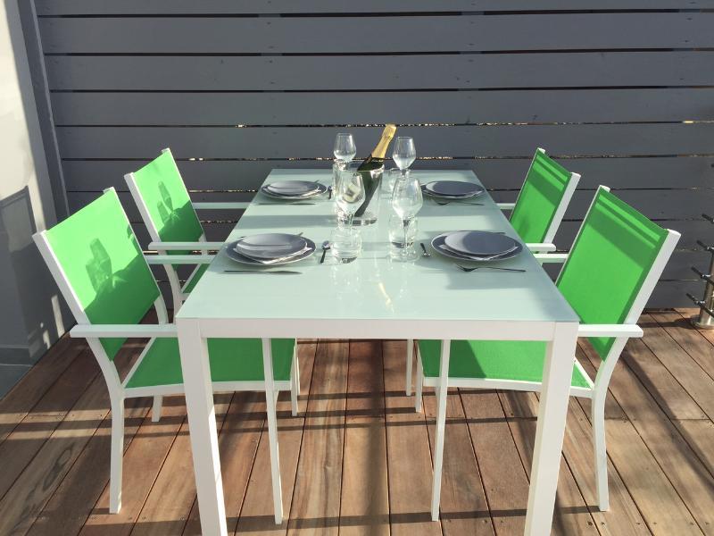 THE ROCK 1 New Seaview Duplex Condo with Jacuzzi !, aluguéis de temporada em Orient Bay