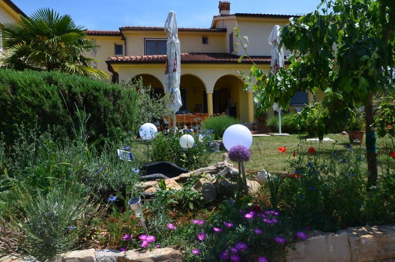Familien-Apartments Jaclina für 5 Personen mit Klima,kostenloses WLAN in Istria, holiday rental in Zikovici