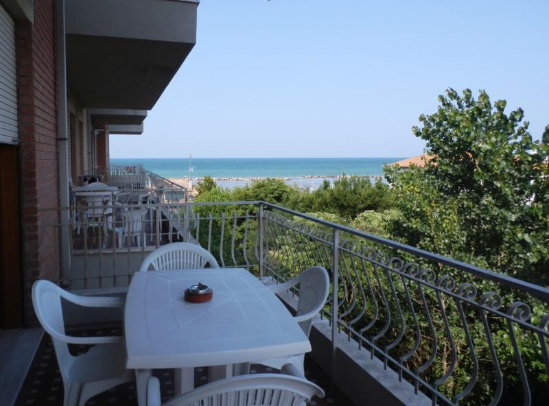 Trilocale Doppi Servizi ARIA CONDIZIONATA sul mare, vacation rental in San Mauro a Mare
