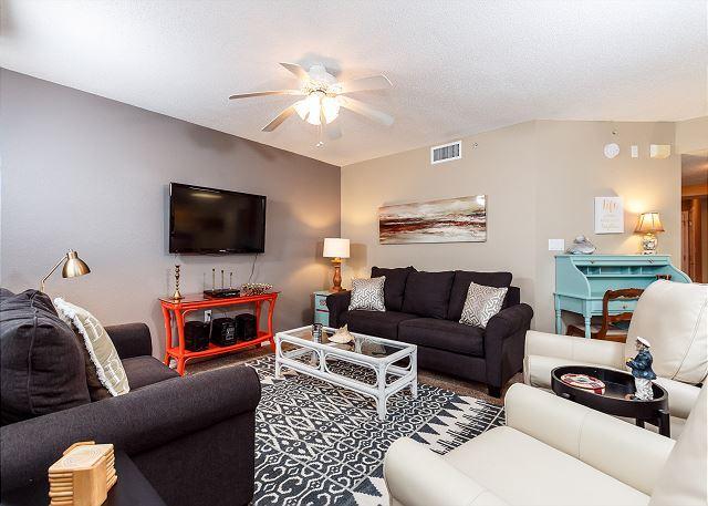 Echa un vistazo a esta elegante sala de estar! Qué gran espacio para relajarse.