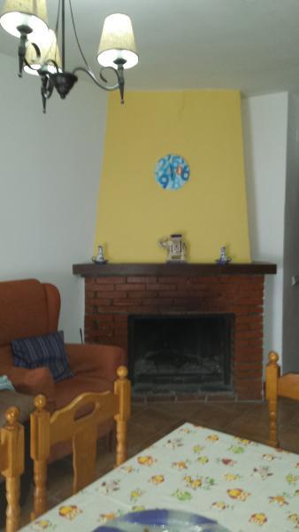 Vivienda en capileira  con chimenea, dos dormitorios, baño, cocina equipada y balcón.