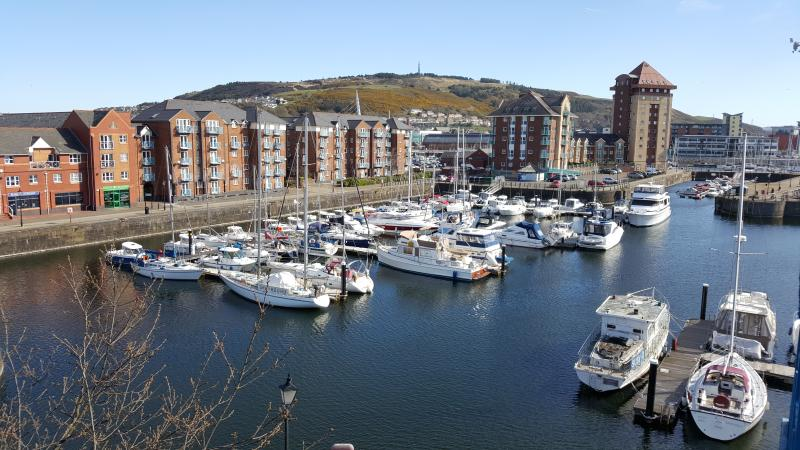 Top floor waterside apartment Swansea Marina, location de vacances à Swansea