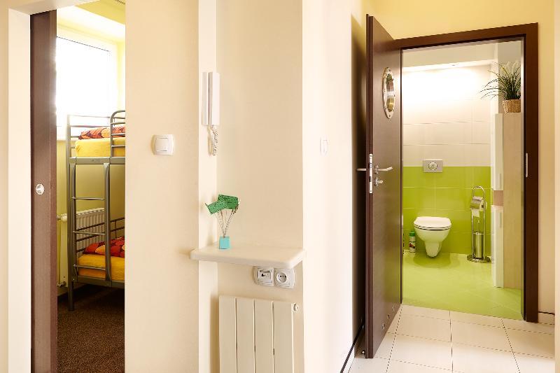 Hall - vista en el cuarto de baño y un dormitorio pequeño.