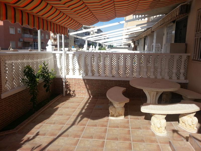 PRECIOSO APARTAMENTO CON JARDIN EN LA PLAYA!, holiday rental in La Mata