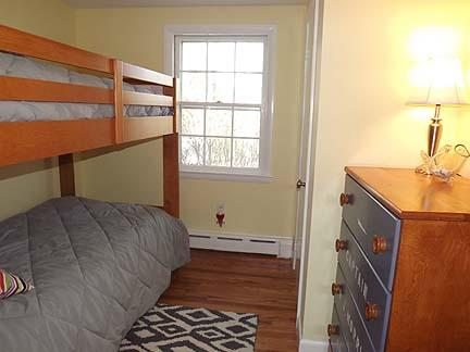 Otra vista del dormitorio con literas