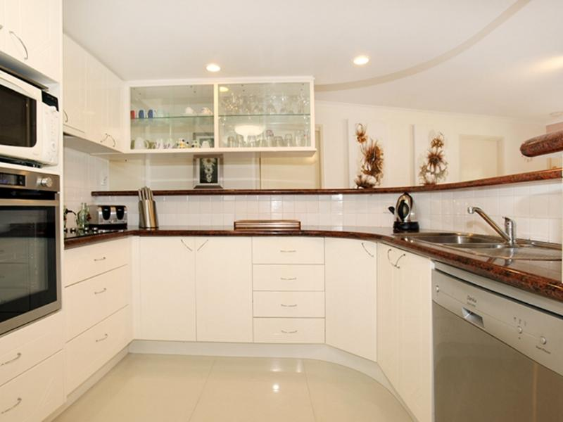 Modern Kitchen with Dishwasher, Double Oven , Hotplates, microwave & Large Icemaker Refrigerator